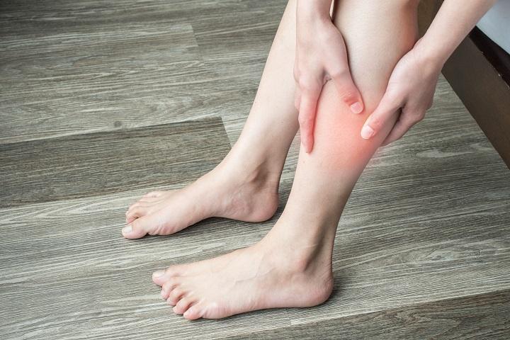 piros folt a jobb láb alsó lábán
